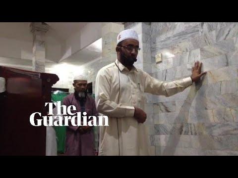 Un imán de Indonesia continúa sus oraciones en Bali durante el terremoto