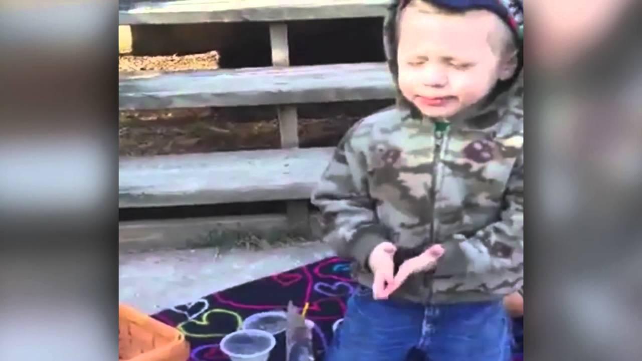 <pre><pre> Niño dice sus oraciones.